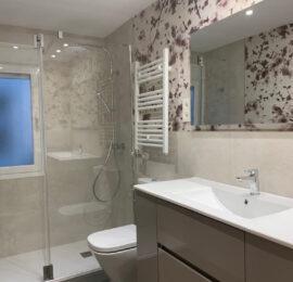 Reforma baño con papel pintado
